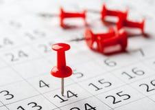Изображение концепции календаря с красными штырями нажима стоковые фотографии rf