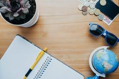 Изображение концепции перемещения с глобусом, тетрадью, ручкой, кредитными карточками, fl Стоковое Изображение RF