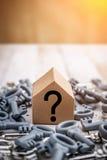 Изображение концепции для нового дома с сияющими ключами дома стоковое фото