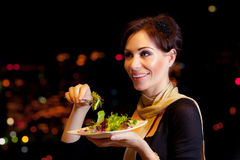 Женщина есть салат Стоковые Фотографии RF