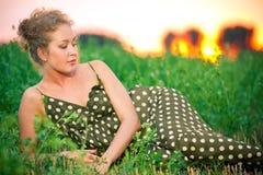 Изображение красивейшей женщины лежа на траве Стоковые Фото