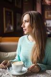 Изображение красивой девушки в кафе Стоковые Изображения RF