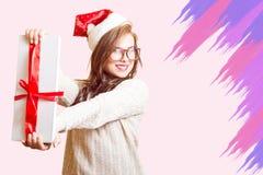 Изображение красивой девушки в шляпе Санты красной и Стоковое Изображение RF