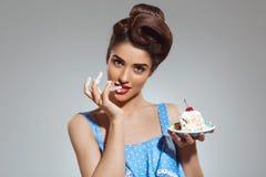 Изображение красивой девушки штыря-вверх есть торт на студии Стоковые Фото