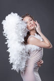 Изображение красивой женщины представляя с ангелом подгоняет Стоковые Фото