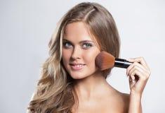 Изображение красивой молодой женщины с вьющиеся волосы на сером backg Стоковая Фотография
