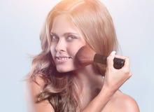 Изображение красивой молодой женщины с вьющиеся волосы на сером backg Стоковое Фото