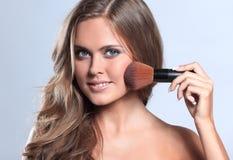 Изображение красивой молодой женщины с вьющиеся волосы на сером backg Стоковые Фотографии RF