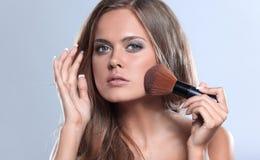 Изображение красивой молодой женщины с вьющиеся волосы на сером backg стоковые изображения rf