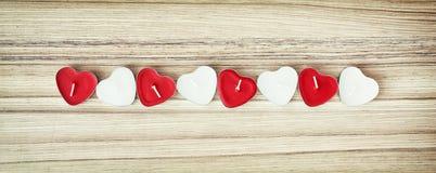 Изображение красных и белых свечей сердца на деревянной предпосылке, Стоковое фото RF