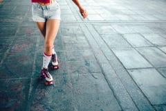 Изображение крепких и тонких ног девушки Она представляет на камере Девушка держит правую ногу за левой стороной одним Стоковая Фотография RF