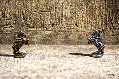 Изображение крупного плана 2 бронзовых Chessmen рыцарей шахматных фигур установило около смотреть на один другого один в фокусе д стоковая фотография rf
