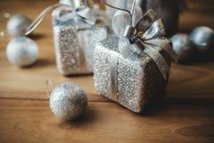 Изображение крупного плана взгляд сверху серебряных присутствующих коробок и украшений рождества Стоковые Изображения