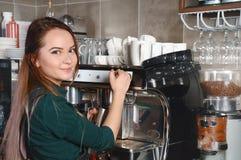 Изображение крупного плана женщины barista делая кофе машиной кофе Стоковая Фотография