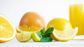 Изображение крупного плана кусков лимона и апельсина на белом деревянном столе Стоковое Фото