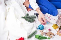 Изображение крупного плана матери делая подарок на рождество Стоковая Фотография RF