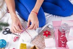 Изображение крупного плана матери делая подарок на рождество Стоковое Фото
