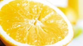 Изображение крупного плана свеже отрезанной оранжевой половины на белой таблице Стоковая Фотография RF