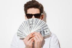 Изображение крупного плана стильного парня в вскользь рубашке и солнечных очках co Стоковое Изображение