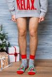 Изображение крупного плана человека который стоит в длинном свитере без брюк в ` s Нового Года socks стоковые фотографии rf
