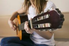 Изображение крупного плана гитары в кавказских руках женщины Стоковая Фотография RF