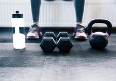 Изображение крупного плана женщины сидя на спортзале Стоковое Фото