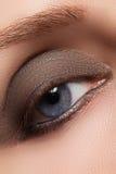 Изображение крупного плана закрытого глаза с красивым ярким составом, закоптелых глаз женщины Стоковые Фото