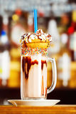 Изображение крупного плана красочного стекла кофе украшенного с поливой и Стоковые Изображения RF