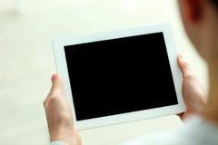 Изображение крупного плана мужских рук показывая экран планшета Стоковая Фотография RF