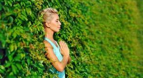 Изображение крупного плана рук размышляя женщины Стоковая Фотография RF