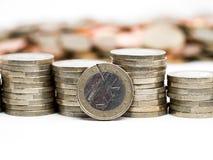 Изображение кучи монеток евро с монетками цента на заднем плане закрывает вверх стоковая фотография