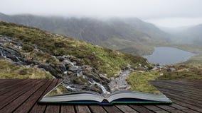 Изображение ландшафта Llyn Idwal в горной цепи Glyders в Snowdonia во время тяжелых осадок в осени приходя из страниц открытого стоковые фото