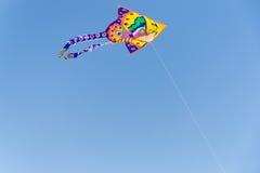 Изображение летания змея в голубом небе Стоковые Изображения RF