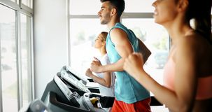 Изображение людей бежать на третбане в спортзале стоковая фотография rf