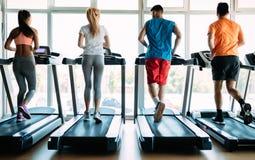 Изображение людей бежать на третбане в спортзале стоковое фото
