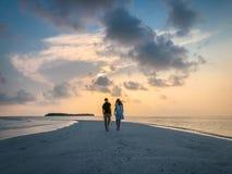 Изображение 2 людей в влюбленности на заходе солнца стоковое изображение rf