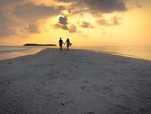 Изображение 2 людей в влюбленности на заходе солнца стоковое фото