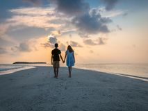 Изображение 2 людей в влюбленности на заходе солнца стоковая фотография rf