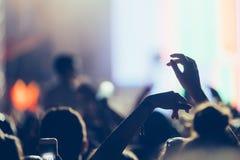 Изображение людей партии на музыкальном фестивале стоковое изображение