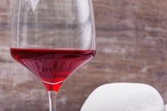 Изображение макроса большого бокала полного красной жидкости Бокал вина на коричневой предпосылке Очень вкусное сладостное вино э Стоковая Фотография