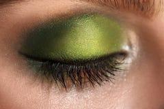 Изображение макроса закрытого глаза с составом зеленых цветов Стоковая Фотография RF
