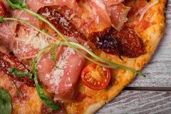 Изображение макроса мясистой пиццы на серой предпосылке Конец-вверх красивой пиццы роскошь уклада жизни превосходной еды кухни ca Стоковая Фотография RF