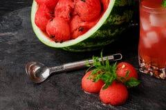 Изображение макроса продуктов арбуза на черной предпосылке Красный арбуз и сладостная ягода выпивают с мятой скопируйте космос Стоковые Фотографии RF