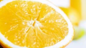 Изображение макроса свеже отрезанной оранжевой половины над белым backgorund Стоковое фото RF