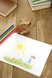 Изображение малыша на деревянной таблице Стоковые Изображения