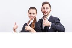 Изображение милых пар профессиональных работников офиса оба держа таблетку Стоковое Изображение