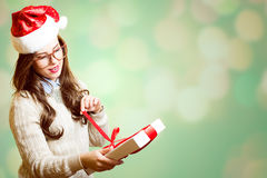 Изображение милой девушки в шляпе Санты красной и Стоковое фото RF