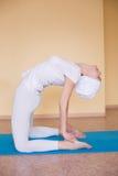 Изображение милой женщины делая йогу дома - Ushtrasana Стоковые Фотографии RF