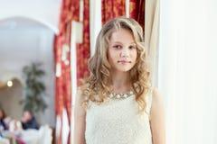 Изображение милой усмехаясь девушки представляя в ресторане Стоковая Фотография RF