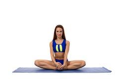 Изображение милой sporty девушки представляя в положении лотоса Стоковая Фотография